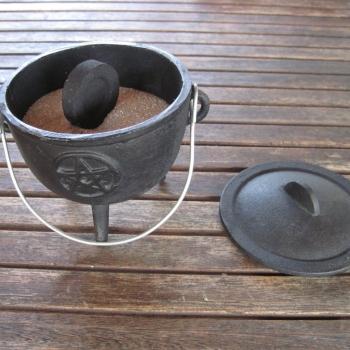 Kesselchen aus Guss für Kohleräucherungen mit Henkel & Deckel